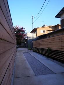 木板塀のアプローチ