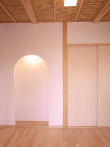 玄関正面。天井には滋賀産の葦を使用。