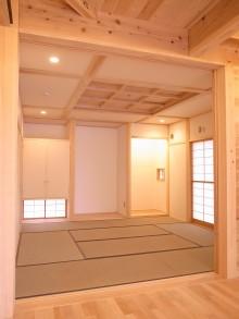 和室。杉の格天井と雪見障子。