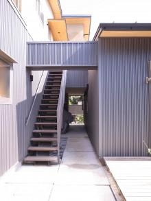 ストリップ階段と通り土間