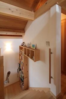 階段 本棚と飾り棚