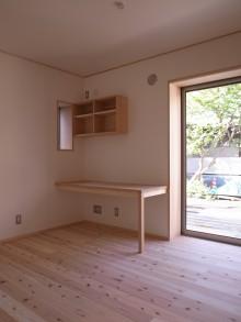 ナラ材の造り付けデスクと本棚