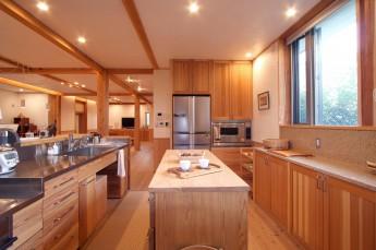キッチン。回遊性のある広い造作キッチン。
