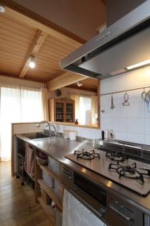 キッチン ステンレスと杉の造り付け。