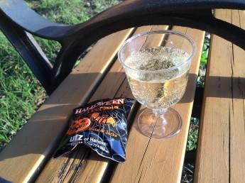 ベンチでスパークリングワインを。