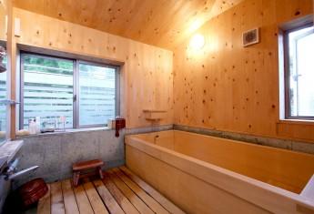 浴室。水に強いコウヤマキの壁・天井。