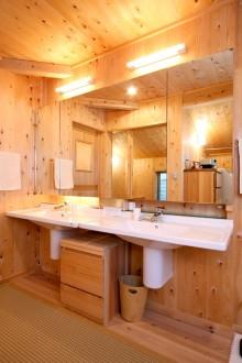洗面室。全面板張りの広い洗面室。