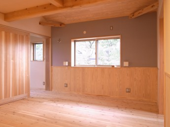 2F寝室。腰板と自然素材のオリジナルカラー布クロス。