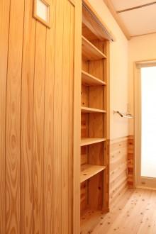洗面室引戸裏の収納