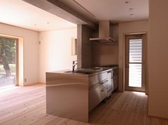 キッチン。コンクリートとの相性がとても良いオールステンレスキッチン。