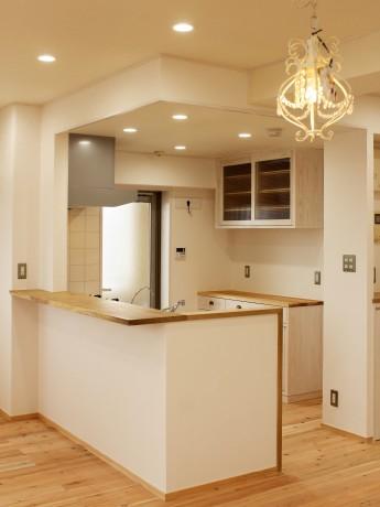 広葉樹カウンターのあるキッチン
