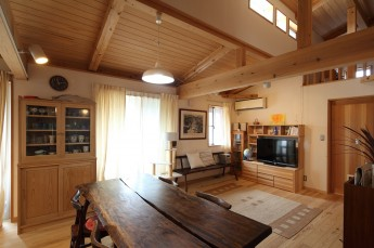 リビング 杉の造り付け家具のTV台と食器棚。