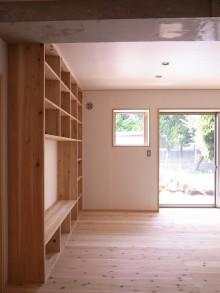 リビング。大容量の壁面本棚。