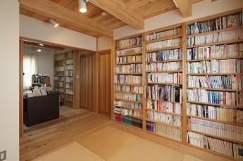 和室、書斎 壁一面の大容量本棚。