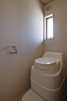 焼杉のエコハウスコンポストトイレ