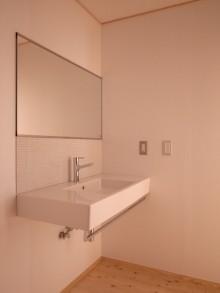 洗面室。シンプルな壁付洗面台。