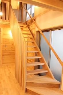 階段。この家の中心に位置する階段と吹抜け。