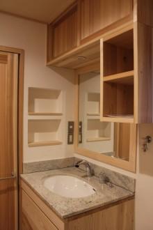 洗面室。無垢の杉による造り付収納。