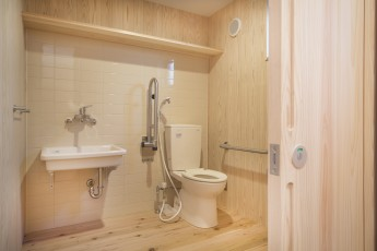 杉板とタイル壁のトイレ