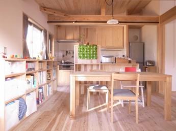 2F木造部のダイニング。腰高に抑えた造り付けの本棚と食器棚。