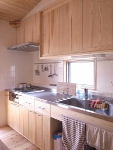 2Fキッチン。無垢の杉材による造り付けキッチン。