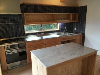 造作キッチンと御影石の作業台