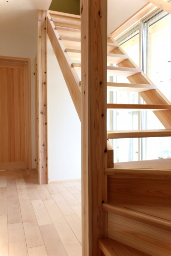 軽やかなストリップ階段
