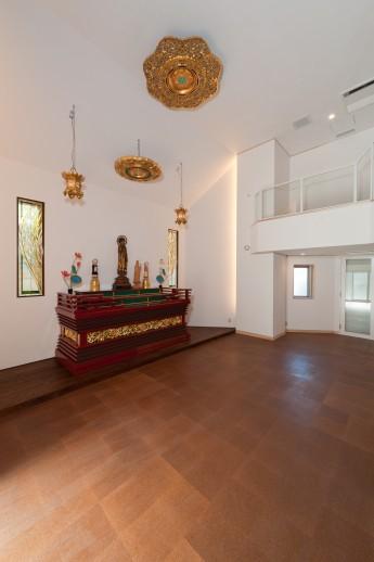 寺院本堂。鳳凰のステンドグラスと光ダクトによる間接照明。