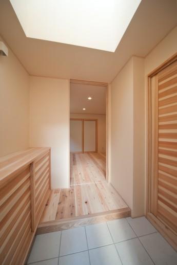 庫裏玄関。トップライトによる明るい玄関。