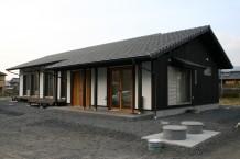 瓦屋根と焼杉・しっくい壁の平屋