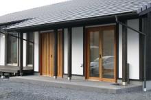 ガラススリットが入った桜材の玄関建具