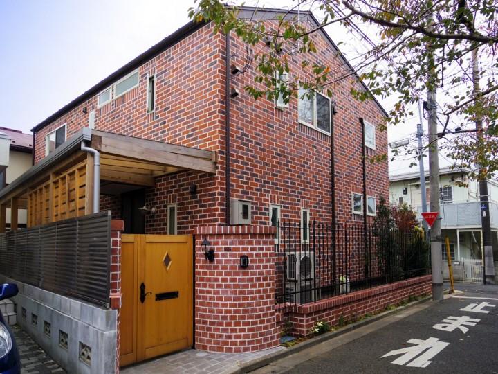レンガ張りの外壁と木製門扉