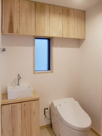 トイレ。収納たっぷりのトイレ。