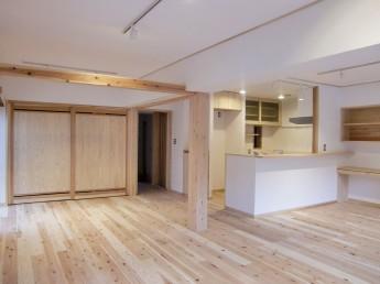 リビング。木製の柱や梁により客間として仕切れる。