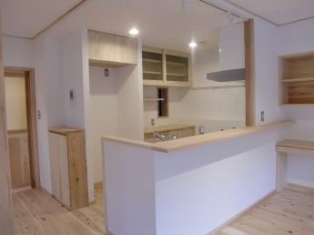 キッチン。デッドスペースを活かした収納。