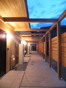杉板に囲まれた玄関アプローチ