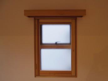 内窓。小窓にも木製の開き窓とカーテンボックスを設置。