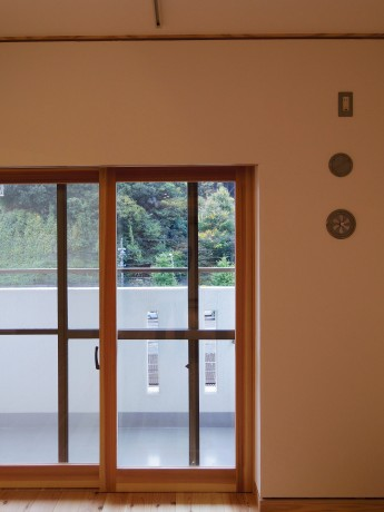 内窓。木製内窓により、断熱性アップと道路や電車の音への遮音性アップ。