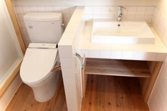 自然光の入るトイレ洗面室