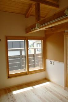 コルクボードで写真も貼り付けられる2F洋室