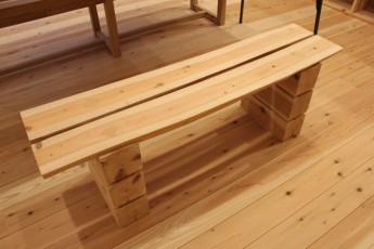 建主さま自ら伐採した間伐材で作ったベンチ