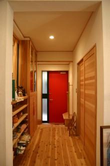 赤いドアが印象的な玄関
