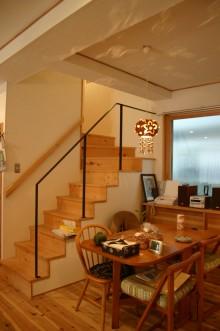 オーナー宅ダイニングから階段を望む