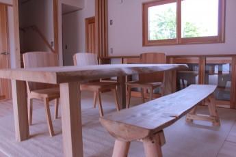 無垢材で作ったダイニングテーブルと椅子、ベン