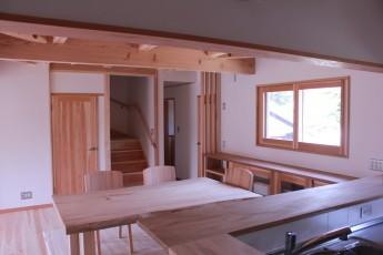 ダイニング。 サッシの内側には、断熱のため杉で作られた内窓の「暖窓」が設置されています。