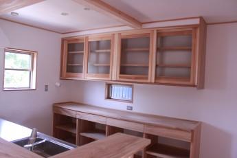キッチン収納はすべて無垢の杉を使った製作品