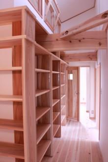 2階の廊下は書庫を兼ねていて、大容量の本棚を作りつけてあります。