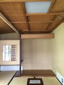 天井は籐と葭で編まれたもの
