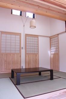 和室。扉は杉板+障子でつくってあります。