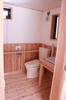 トイレ。車いすでも入れる様、洗面室と併せて広くしてあります。